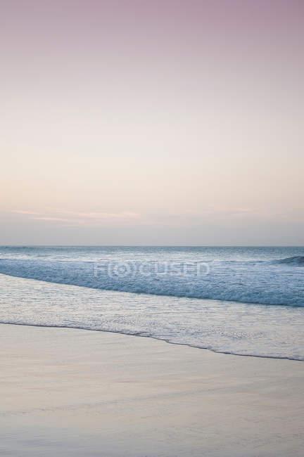 Waves washing up on beach — Stock Photo