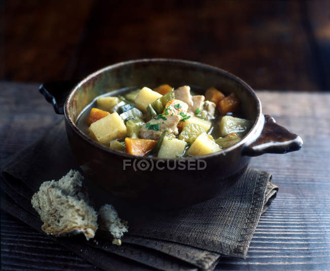 Натюрморт запеканка блюдо с овощных и курица тушеная — стоковое фото
