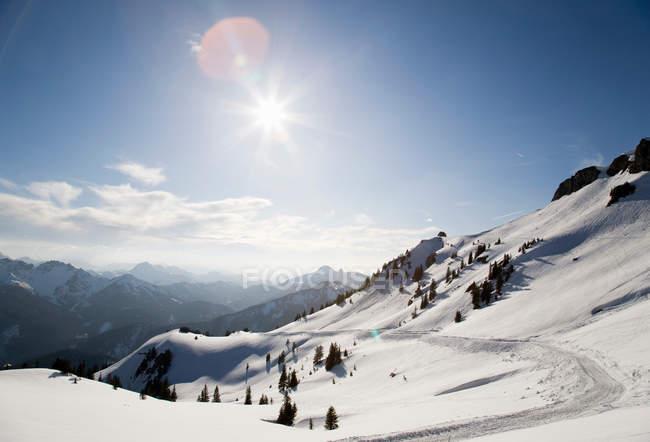 Chemin à travers les montagnes enneigées — Photo de stock
