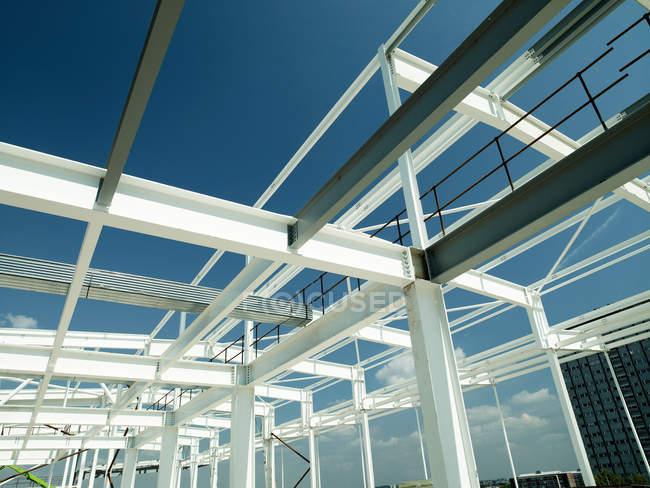 Construcción de marco de la construcción bajo cielo azul - foto de stock