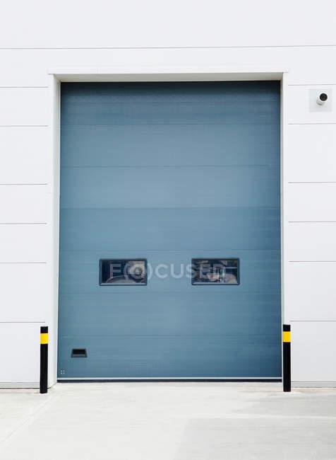 Puerta de almacén cerrada, vista frontal - foto de stock