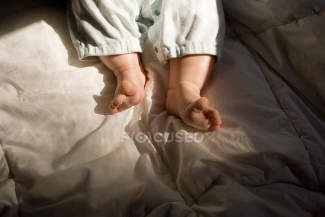 Junge auf Bett liegend, Nahaufnahme Teilsicht — Stockfoto