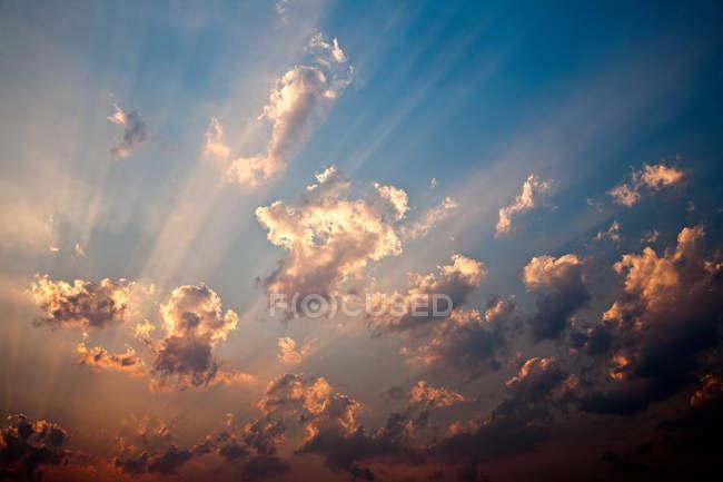 Облачное небо в закате. — стоковое фото