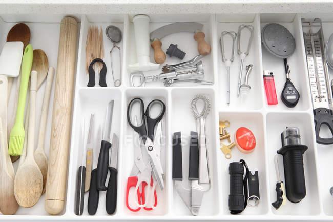 Vista dall'alto degli utensili nel cassetto della cucina — Foto stock