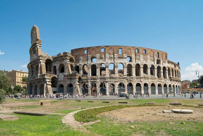 Колізей та людей з безхмарне небо на фоні, Рим, Італія — стокове фото