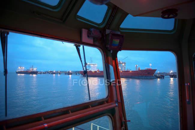 Vista de los petroleros hacia el mar desde el remolcador - foto de stock