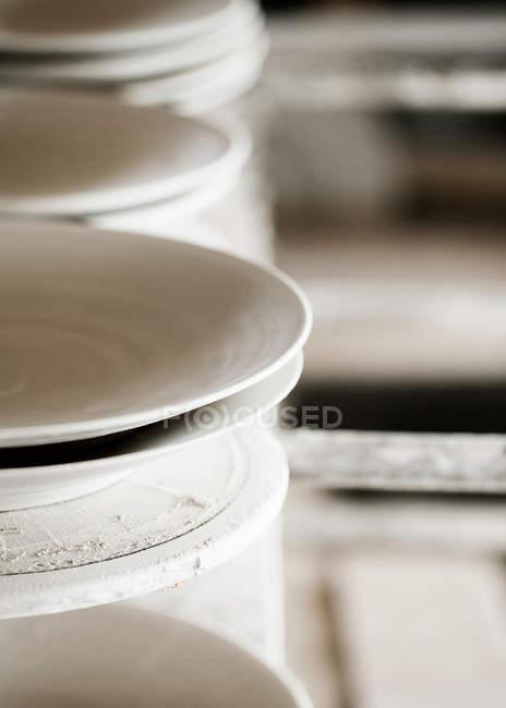 Ручної роботи Сервізи чайні керамічні на шельфі — стокове фото