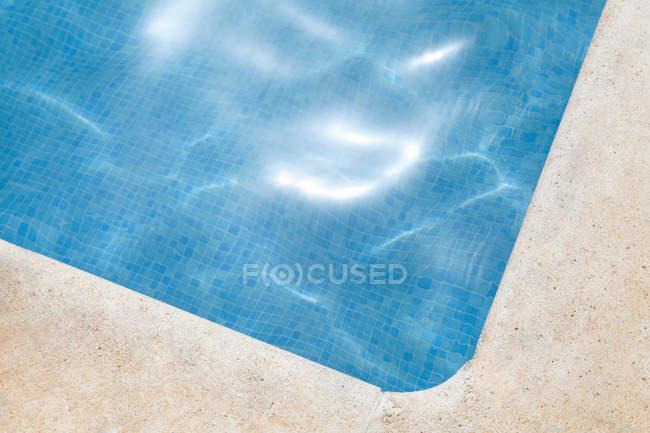 Coin piscine avec eau pétillante — Photo de stock