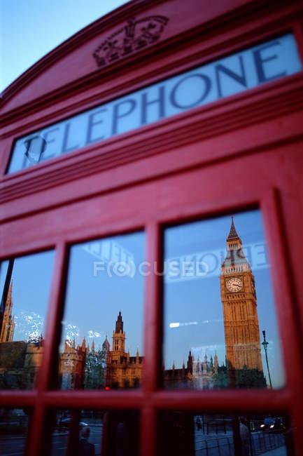 Big Ben refletido na janela da cabine telefônica, Londres, Reino Unido — Fotografia de Stock