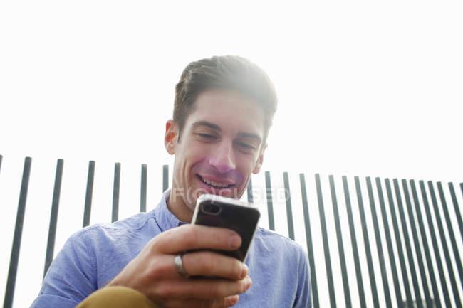 Homem usando o celular na rua da cidade — Fotografia de Stock