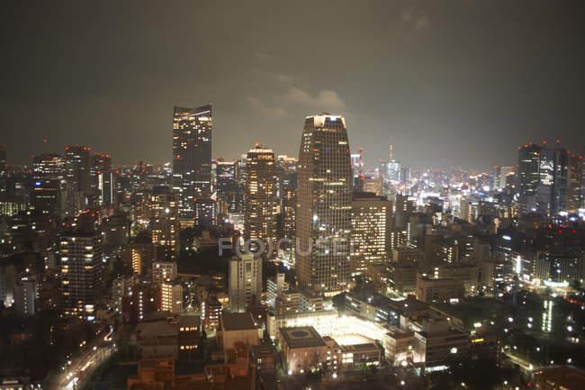 Avis de Ctyscape avec les gratte-ciels de nuit — Photo de stock