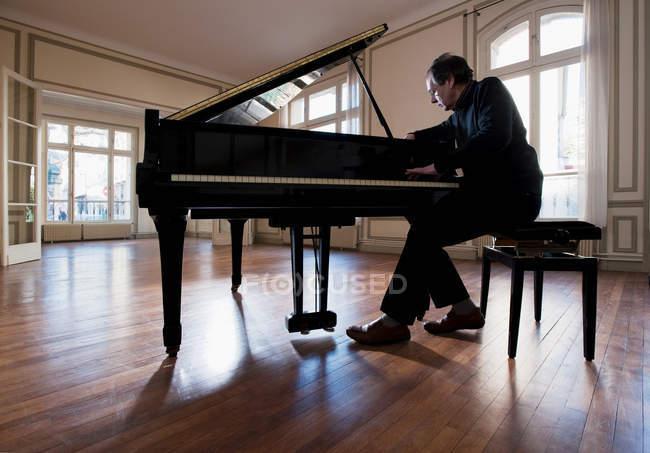 Pianoforte sintonizzato in appartamento vuoto — Foto stock