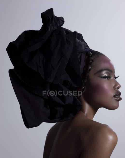 Mujer joven con corbata en la cabeza - foto de stock
