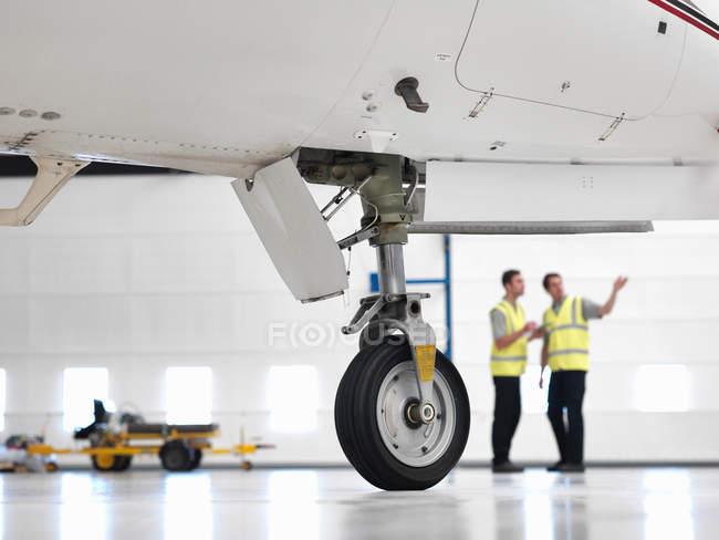 Ingénieurs avec roue d'avion à réaction — Photo de stock