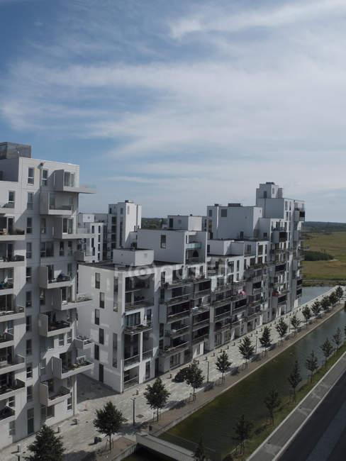 Façades de maisons d'habitation moderne en plein soleil — Photo de stock