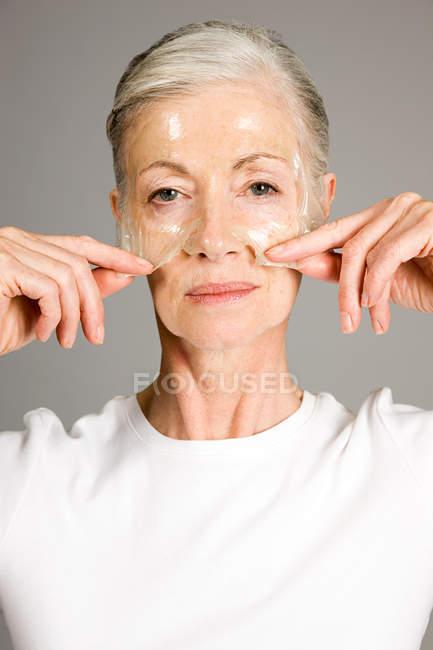 Портрет женщины в маске для лица — стоковое фото