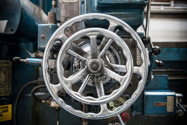 Колеса на верстаті у автомобільного заводу — стокове фото