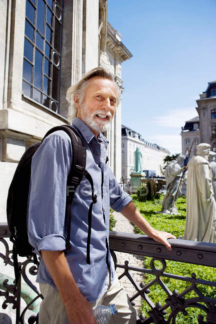 Senior man in front of historic monuments — Stock Photo