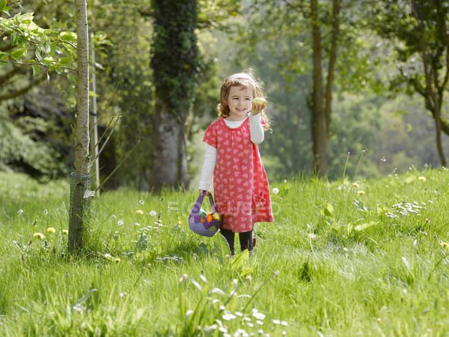 Девушка охотится за пасхальными яйцами — стоковое фото