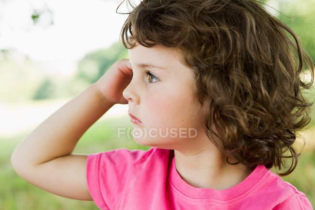 Девушка стоит на улице, фокусируется на переднем плане — стоковое фото