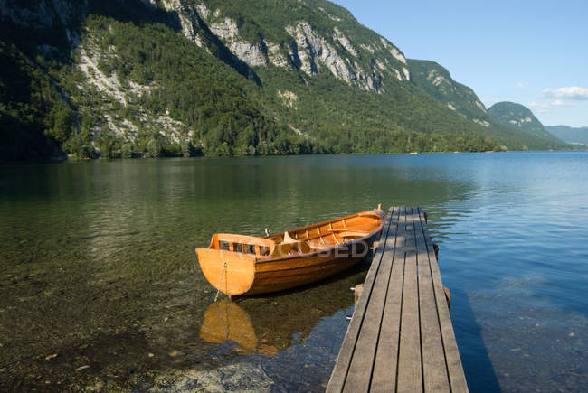Boat moored at jetty on lake Bohinj — Stock Photo