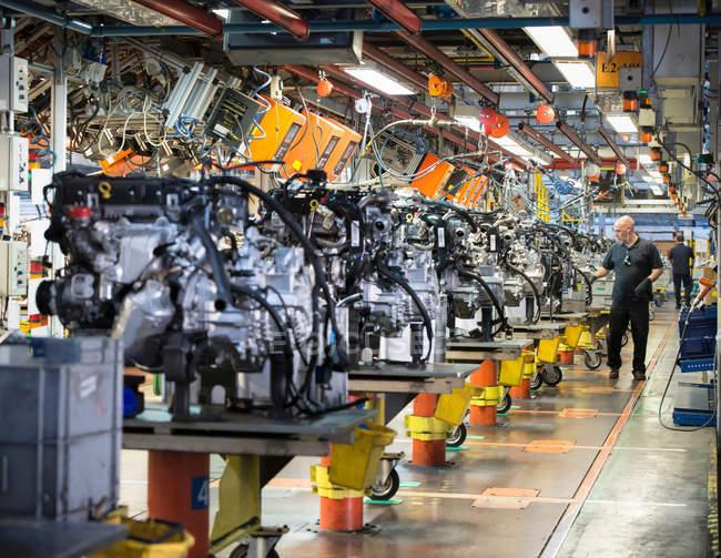 Arbeitnehmer auf Motor-Produktionslinie in Automobilfabrik — Stockfoto