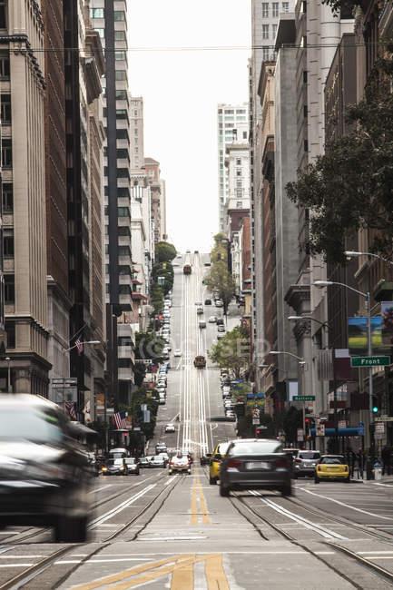 Tráfego em movimento na rua, da cidade de San Francisco, Califórnia, EUA — Fotografia de Stock