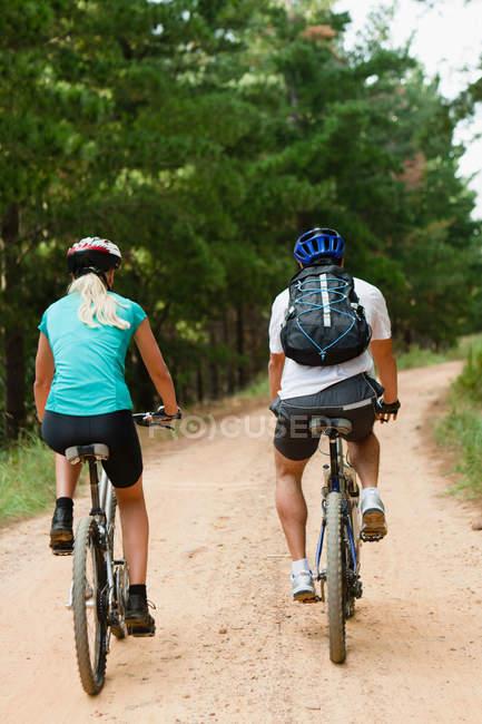 Пара горных велосипедов по грунтовой дороге — стоковое фото