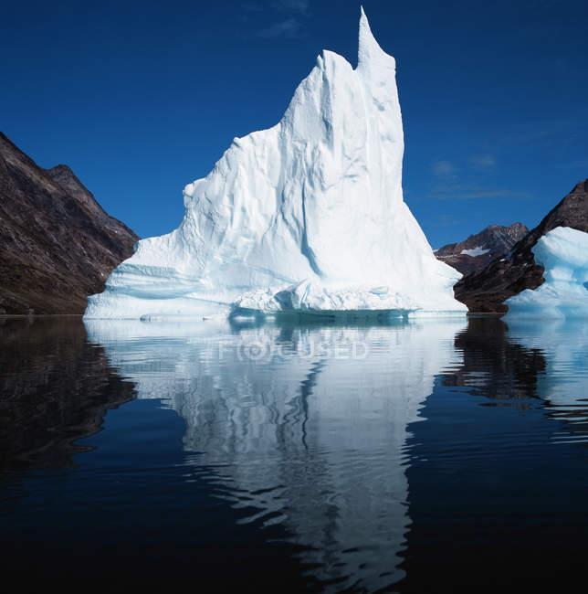 Glacier in lake under blue sky — Stock Photo