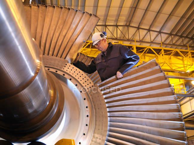 Coordenador que trabalha na turbina — Fotografia de Stock