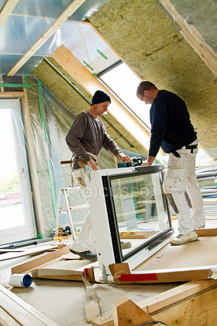 Builders at work on new structure — Stock Photo