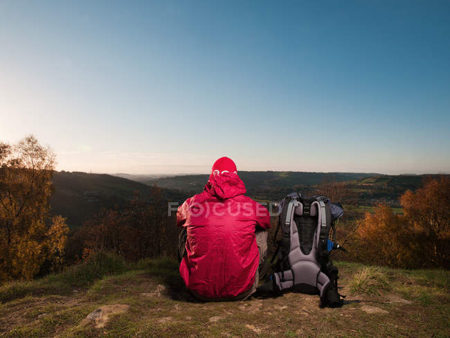 Rear view of hiker overlooking rural landscape — Stock Photo