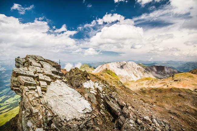 Pareti rocciose sopra il paesaggio — Foto stock