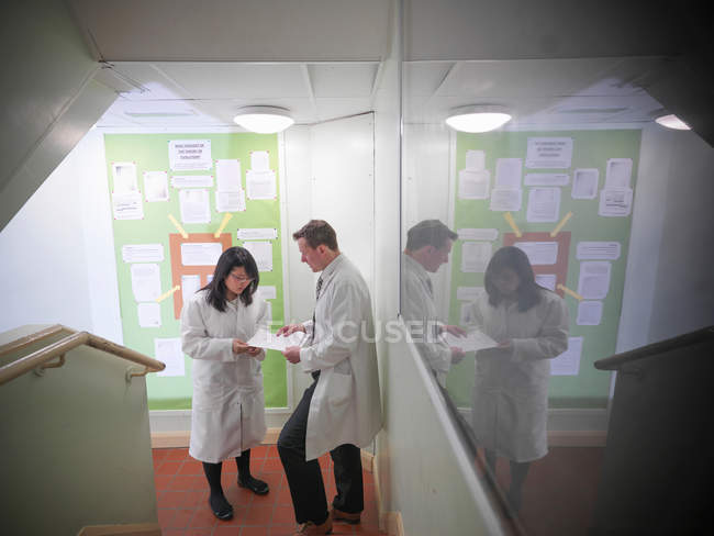 Science teacher discussing coursework with student — Foto stock