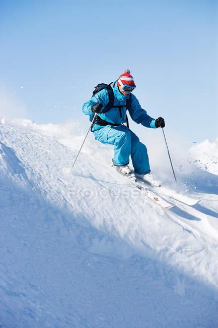 Мужчины, лыжи даунхилл скоростью — стоковое фото