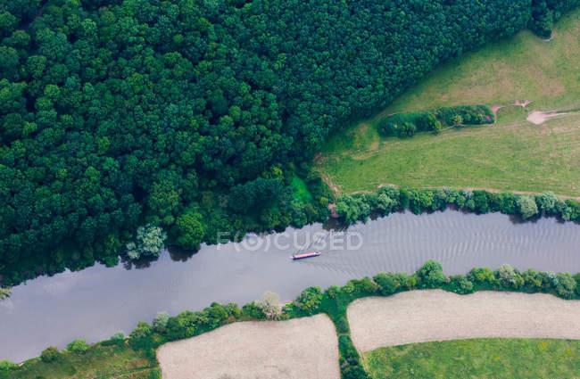 Bateau flottant dans la rivière rurale — Photo de stock