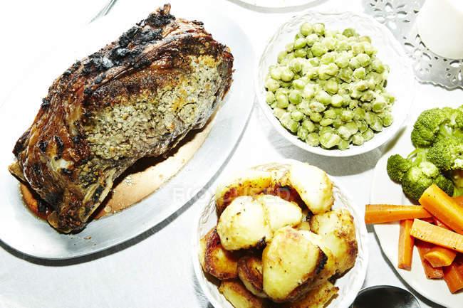 Смажене м'ясо з картоплею, морква, брокколі і боби на стіл — стокове фото