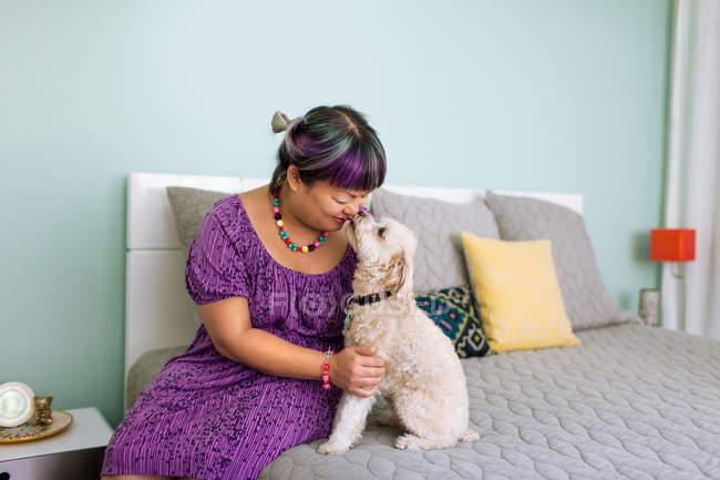 Metà di donna adulta naso a naso con il cane — Foto stock