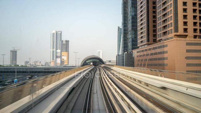 Метро до центра Дубая, ОАЭ — стоковое фото
