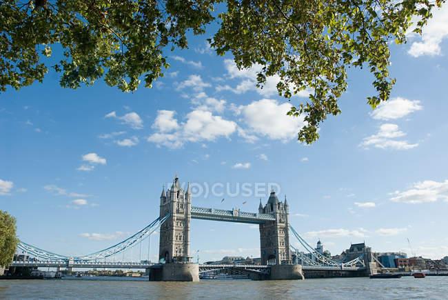Тауэрский мост и река Тэймс на фоне облачного неба, Лондон, Великобритания — стоковое фото