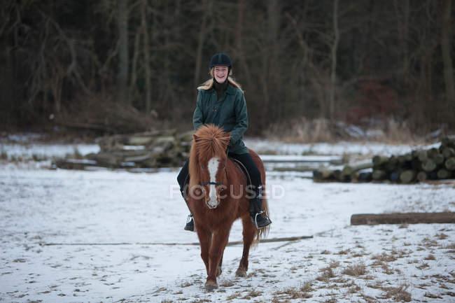 Mulher equitação cavalo na neve — Fotografia de Stock
