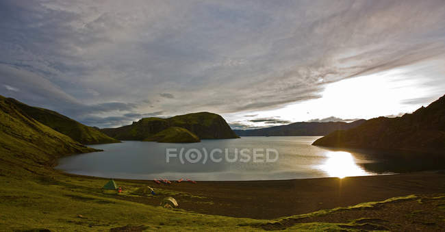 Lago en paisaje de montaña - foto de stock