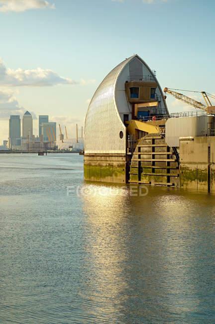 Barriera del Tamigi con il fiume e il paesaggio urbano su fondo, Londra, Regno Unito — Foto stock