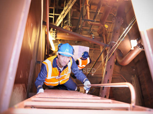 Ingeniero escalera de escalada en barco - foto de stock