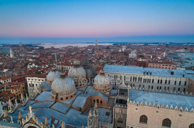Вид з Венеції міський пейзаж під час заходу сонця, Італія — стокове фото