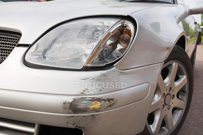 Крупним планом подряпин на срібло автомобіля після ДТП — стокове фото