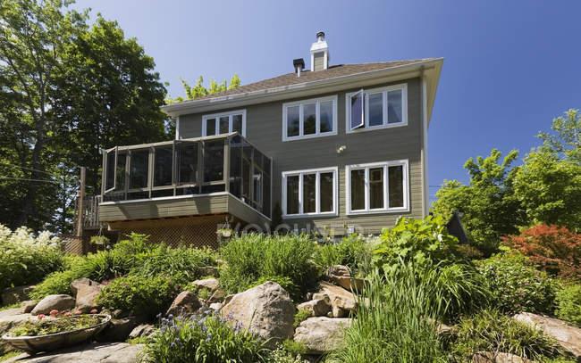 Wohnhaus mit Wintergarten — Stockfoto
