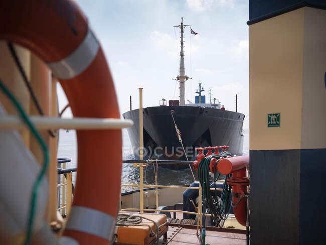 Вид с палубы буксира — стоковое фото