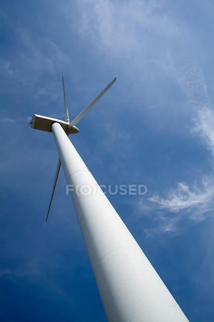 Vista de baixo ângulo da turbina eólica — Fotografia de Stock
