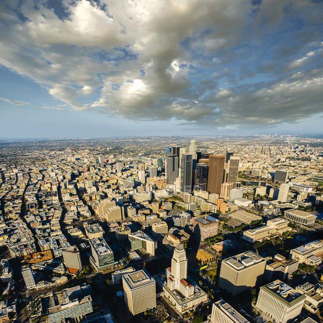 Vue aérienne des gratte-ciel de la ville en plein soleil — Photo de stock